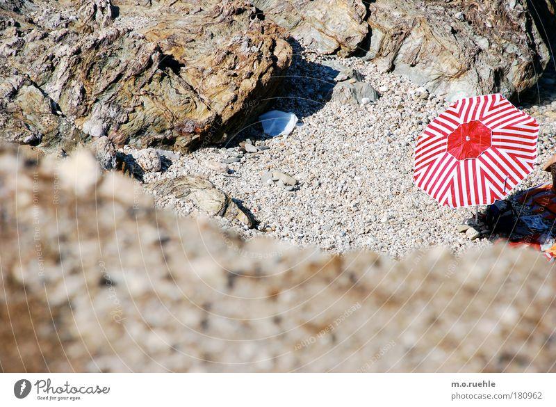 rotschirm schön Sonne Meer rot Sommer Freude Strand Ferien & Urlaub & Reisen ruhig Ferne Erholung Freiheit Stein Sand Stimmung Ausflug