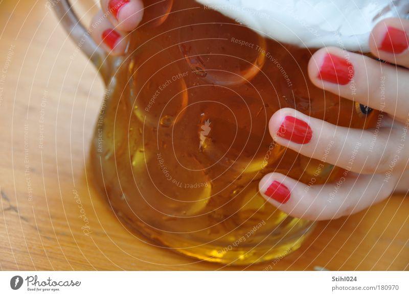 Oktoberfest Jugendliche Hand schön rot Freude Erholung feminin kalt Holz Glas ästhetisch trinken festhalten berühren Bier Gastronomie