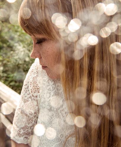 Verträumt Wohlgefühl Zufriedenheit feminin Frau Erwachsene Kopf Haare & Frisuren Gesicht Frühling rothaarig Erholung genießen träumen außergewöhnlich schön
