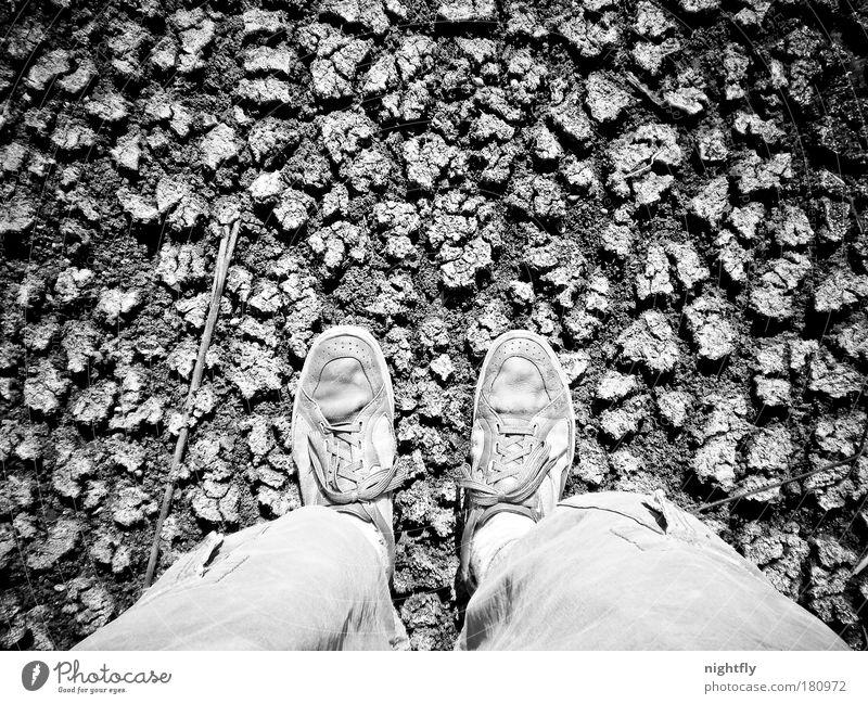 herabsehend Schwarzweißfoto Detailaufnahme Muster Strukturen & Formen Tag Kontrast Vogelperspektive Erde Sand Klimawandel Dürre Wüste Schuhe Turnschuh stehen