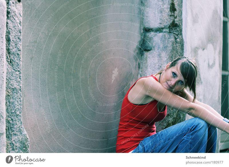 Sitting, Waiting, Wishing Jugendliche schön ruhig Erwachsene Einsamkeit Haus Gesicht Erholung feminin Wand Mauer träumen Zufriedenheit Arme sitzen