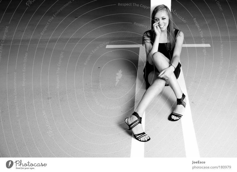 # 180979 Frau Jugendliche schön Erwachsene feminin Stil lachen Beine Mode Schuhe sitzen Beton Fröhlichkeit Lifestyle Bekleidung