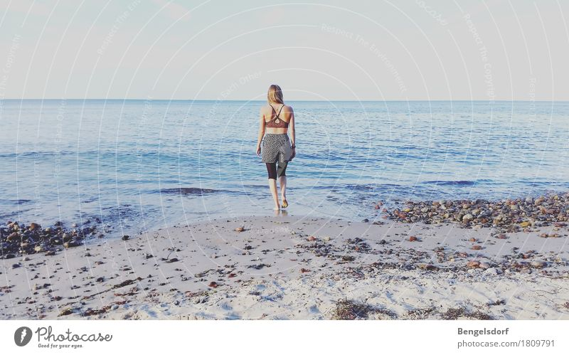 Mehr Meer Mensch Frau Ferien & Urlaub & Reisen Sommer Wasser Sonne Erholung Einsamkeit ruhig Ferne Reisefotografie Leben feminin Gesundheit Horizont
