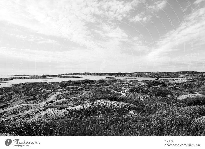 Weite Schärenlandschaft in Schweden in schwarz weiß Meer Landschaft Urelemente Luft Himmel Wolken Wind Felsen Küste Bucht Fjord Riff Ostsee Insel trist wild