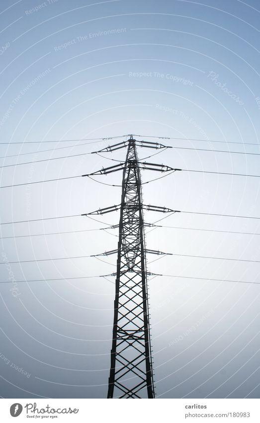 Pflichtaufgabe blau Zufriedenheit Kraft Nebel Energie Sicherheit Energiewirtschaft Elektrizität ästhetisch Kabel dünn Spitze fest diagonal Strommast Symmetrie