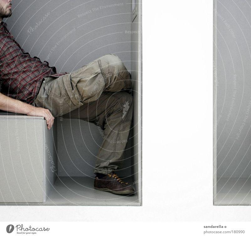 .. Mensch Mann weiß Erholung grau warten Erwachsene Design sitzen Stuhl beobachten Innenarchitektur festhalten Möbel Museum Nische