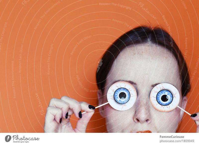Halloween_1809949 Freude feminin Junge Frau Jugendliche Erwachsene Mensch 18-30 Jahre Ketchup Kunstblut Auge Sehvermögen gruselig erschrecken Nagellack schwarz