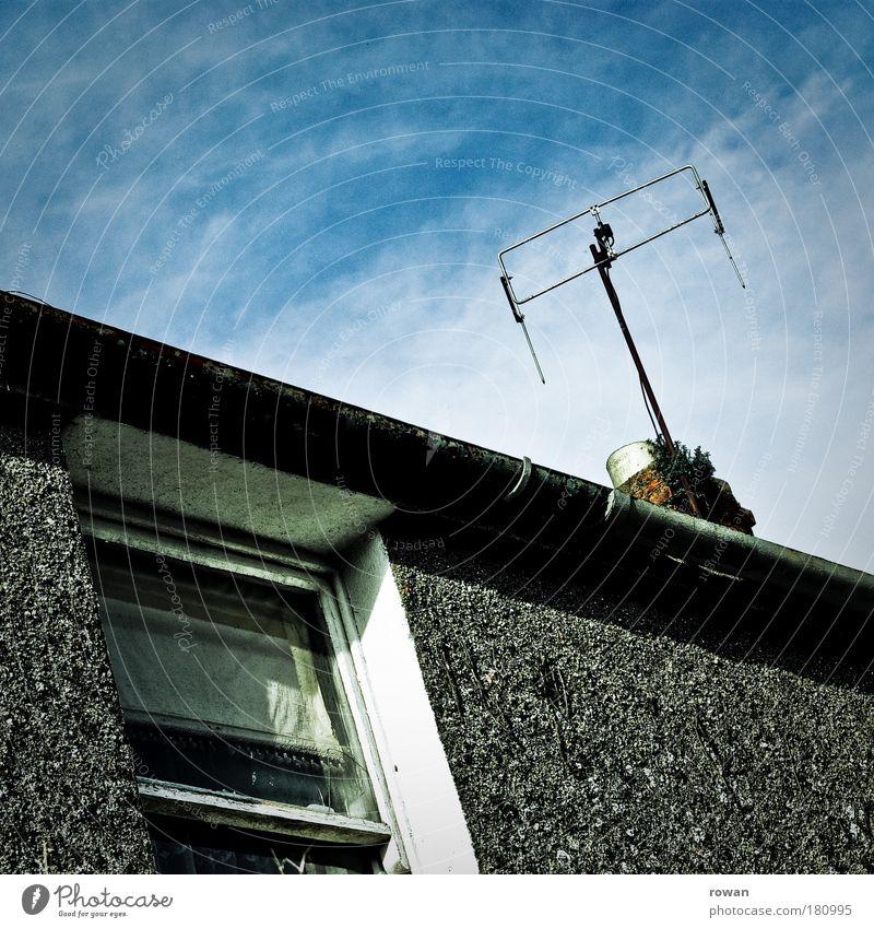 guter empfang Farbfoto Außenaufnahme Textfreiraum oben Tag Haus Einfamilienhaus Bauwerk Gebäude Architektur Mauer Wand Fassade Fenster Dach Dachrinne Antenne
