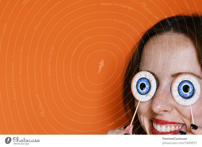 Halloween_1809951 Mensch Frau Jugendliche blau Junge Frau Freude Ferne 18-30 Jahre schwarz Erwachsene Auge lustig feminin lachen Feste & Feiern Party