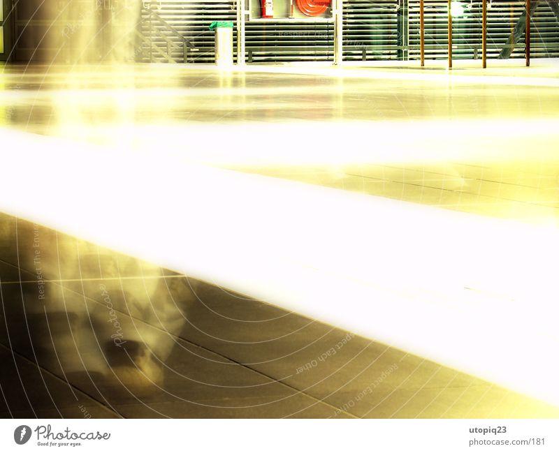 gohst walking Langzeitbelichtung Schuhe Schweben gehen glühen Licht Abflughalle Fliesen u. Kacheln Geister u. Gespenster Beine laufen