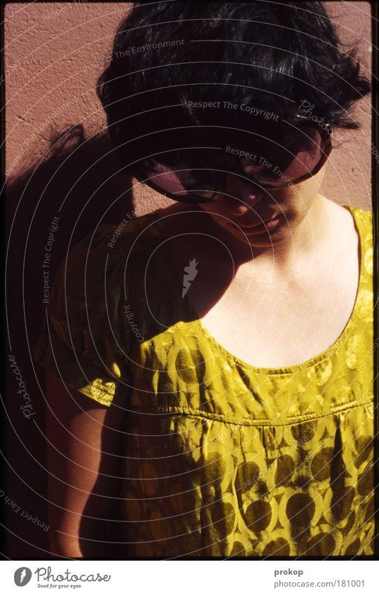 Shadow and Shades Frau Mensch Jugendliche schön Einsamkeit feminin Gefühle Stil Haare & Frisuren träumen Traurigkeit Stimmung Mode Erwachsene Bekleidung