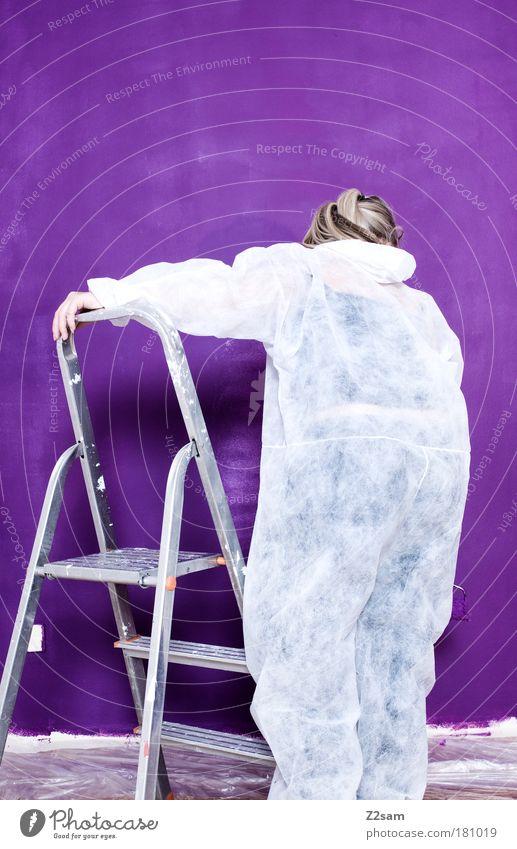 schöner wohnen Farbfoto Innenaufnahme Blitzlichtaufnahme Starke Tiefenschärfe Wohnung einrichten Mensch Arbeitsbekleidung blond langhaarig