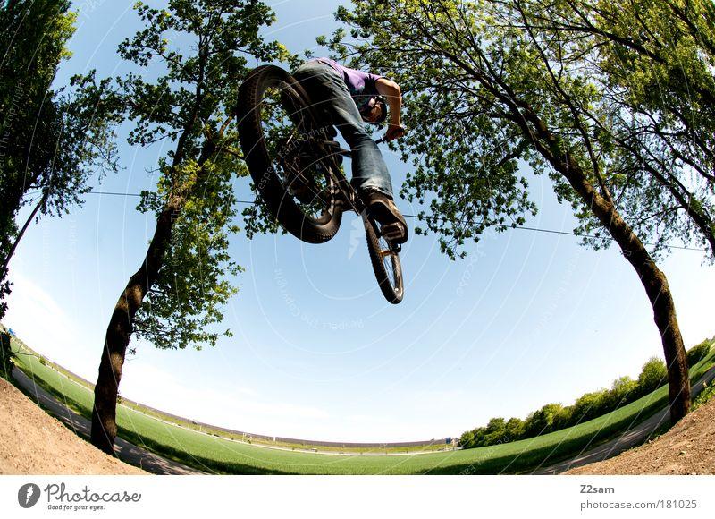 ab durch die Mitte Farbfoto Außenaufnahme Starke Tiefenschärfe Fischauge Mensch maskulin Umwelt Natur Landschaft Fahrradfahren Jeanshose fliegen Sport springen