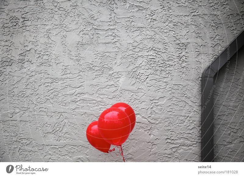 Grauer Burgunder rot Wand grau Mauer Fassade Luftballon authentisch Putz Leichtigkeit Fallrohr Putzfassade