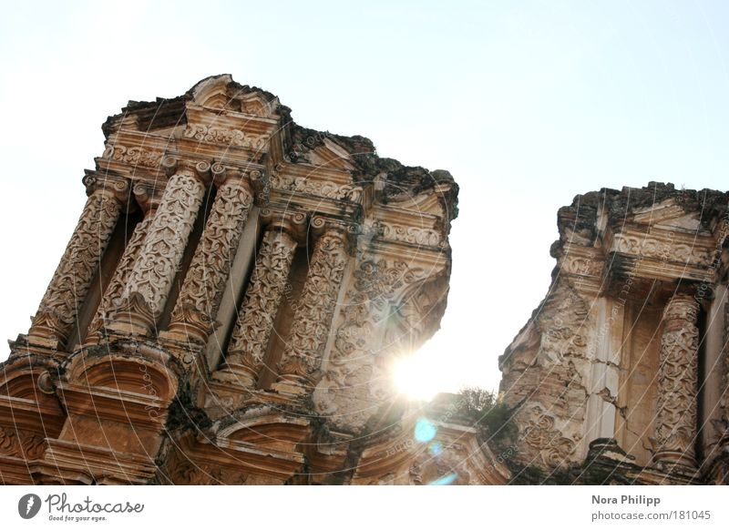 Ruine Farbfoto Gedeckte Farben Außenaufnahme Licht Sonnenlicht Gegenlicht Froschperspektive Himmel Antigua Guatemala Mittelamerika Altstadt Kirche Bauwerk