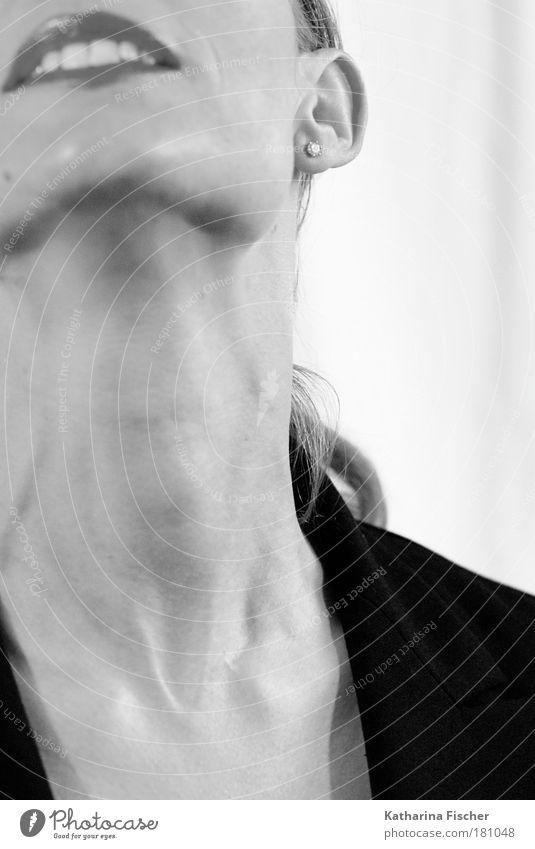 Hals / Portrait Haut Gesicht feminin Frau Erwachsene Kopf Ohr Mund Lippen Zähne 1 Mensch schwarz weiß Ohrringe Jacke Lust langer Hals Kunst Schwarzweißfoto