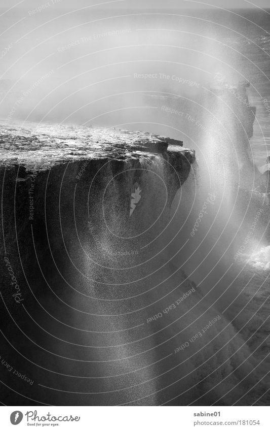 Gischt Schwarzweißfoto Außenaufnahme Detailaufnahme Menschenleer Textfreiraum oben Textfreiraum unten Tag Licht Schatten Kontrast Lichterscheinung