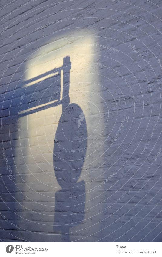 wegweisend... Farbfoto Gedeckte Farben Außenaufnahme Nahaufnahme Textfreiraum rechts Dämmerung Licht Schatten Kontrast Silhouette Lichterscheinung Mauer Wand