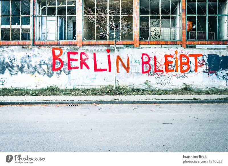 Berlin bleibt Architektur Subkultur Stadt Hauptstadt Industrieanlage Fabrik Ruine Gebäude lost places Fenster Straße Wege & Pfade Schriftzeichen Graffiti