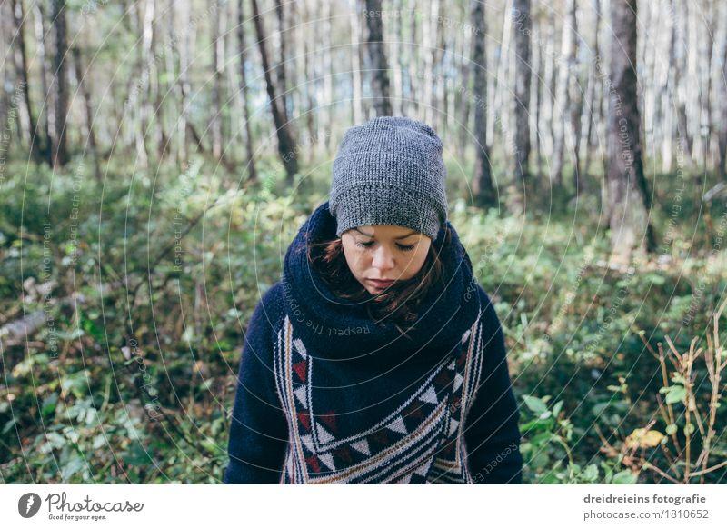 Im Birkenwald Stil feminin Junge Frau Jugendliche Wald Wolljacke Schal Mütze frieren kalt Gefühle Stimmung Traurigkeit Sorge Trauer Liebeskummer Sehnsucht
