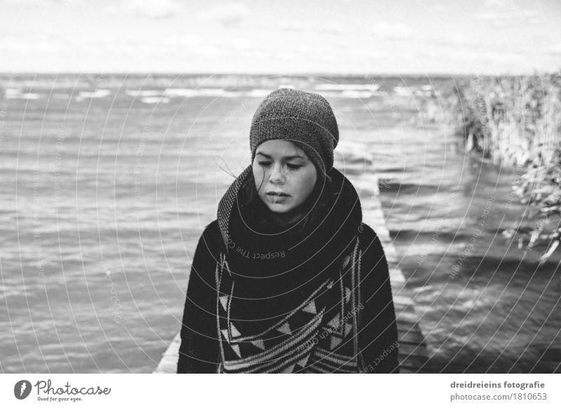 Gedanken der See Stil feminin Junge Frau Jugendliche Wasser Herbst Winter Seeufer Mode Mütze Denken warten retro Gefühle Traurigkeit Sorge Trauer Müdigkeit