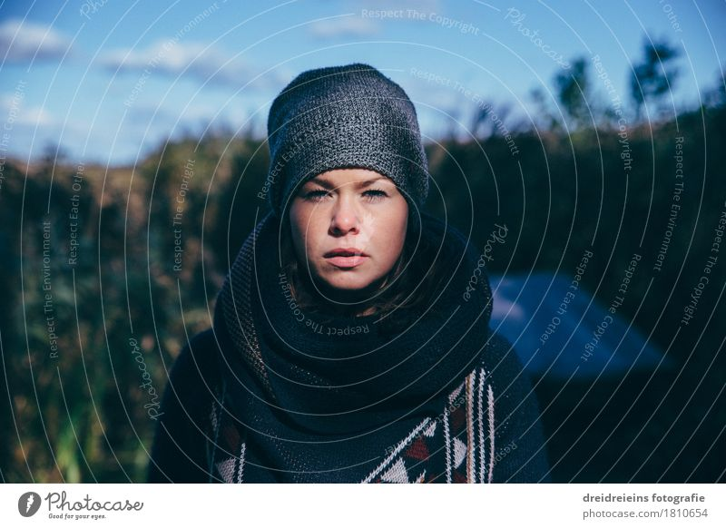 Licht & Schatten feminin Junge Frau Jugendliche Umwelt Natur Mütze warten einzigartig kalt natürlich Coolness Mut Ehrlichkeit Hoffnung Glaube Sehnsucht Heimweh