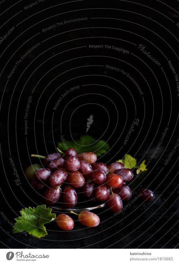 Rote Trauben auf einer silbernen Schüssel Frucht Ernährung Schalen & Schüsseln Tisch Holz dunkel frisch retro grün rot Ackerbau Beeren Lebensmittel Weintrauben