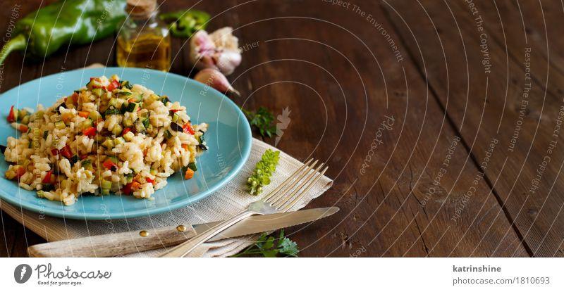 Risotto mit Gemüse Speise Holz Ernährung kochen & garen lecker Getreide Teller Flasche Abendessen Mahlzeit Vegetarische Ernährung Diät Mittagessen Reis rustikal