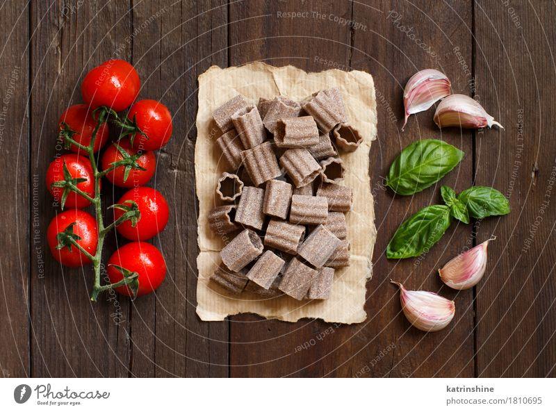 Rohe italienische Pasta, Basilikum und Gemüse Teigwaren Backwaren Kräuter & Gewürze Ernährung Vegetarische Ernährung Diät Italienische Küche Tisch Blatt dunkel