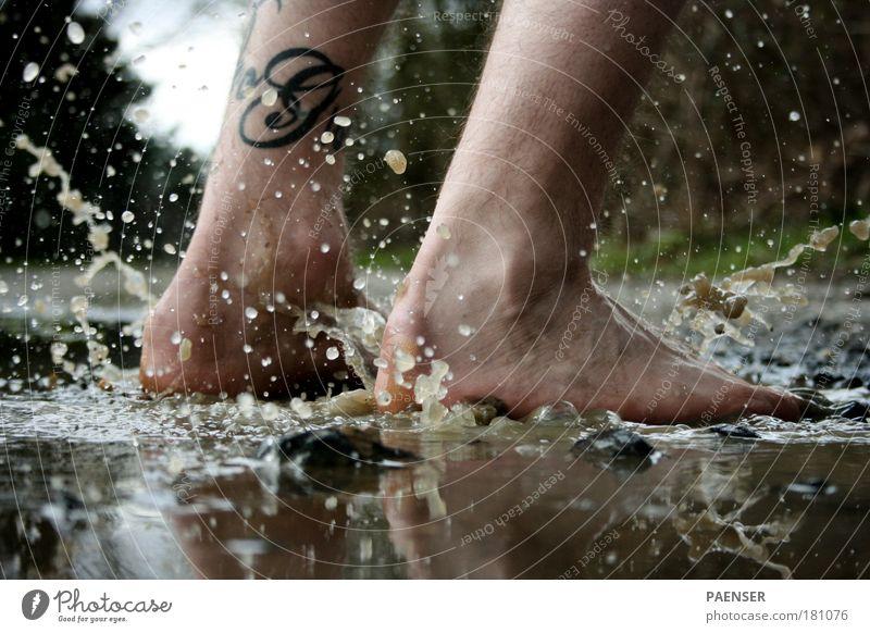 Ab in die Pfütz Wasser Freude schwarz kalt Herbst springen Stein Fuß braun Wassertropfen Reinigen Schwimmen & Baden Fußgänger Pfütze Herbstwetter