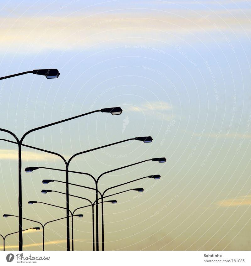 Lampenkurve Himmel blau Ferne Straße Wege & Pfade Verkehr Energiewirtschaft Brücke Industrie Technik & Technologie Laterne Verkehrswege Straßenbeleuchtung