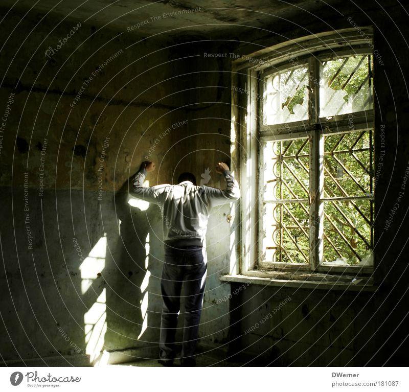 hinter Gittern II Krankheit Mensch maskulin 1 Hütte Ruine Mauer Wand Fenster Hose Jacke Blühend hocken schreien stehen dreckig dunkel fantastisch gruselig
