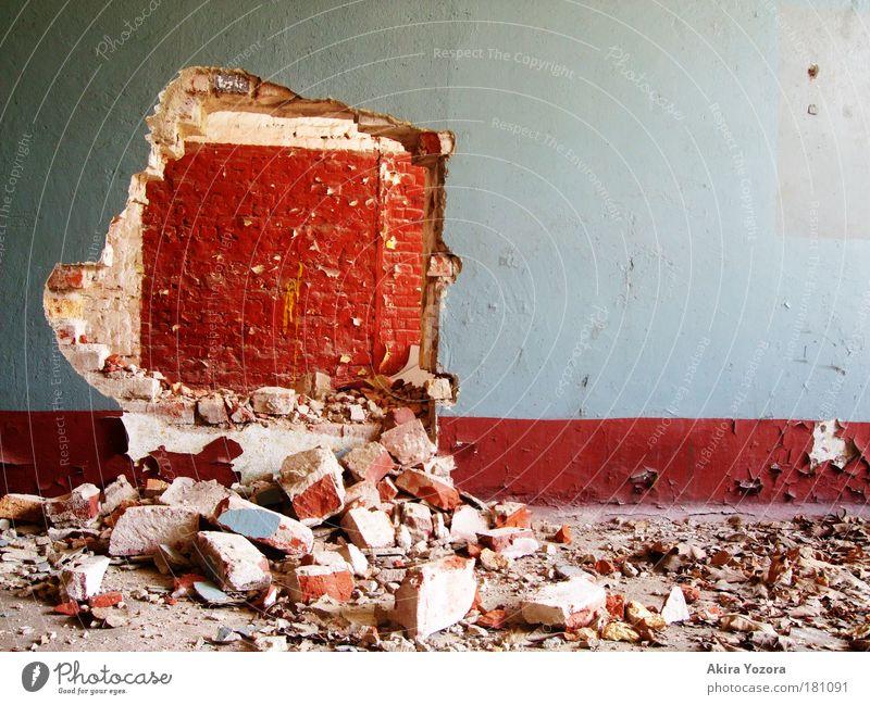 herausgefallen alt blau rot Wand Mauer Kraft dreckig Vergänglichkeit Gewalt entdecken Verfall Aggression