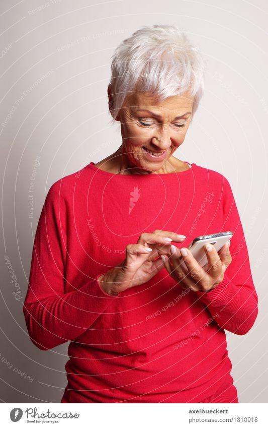 Mensch Frau alt Erwachsene Senior Lifestyle modern Technik & Technologie 60 und älter Telekommunikation Lächeln Instant-Messaging Weiblicher Senior Telefon Internet trendy
