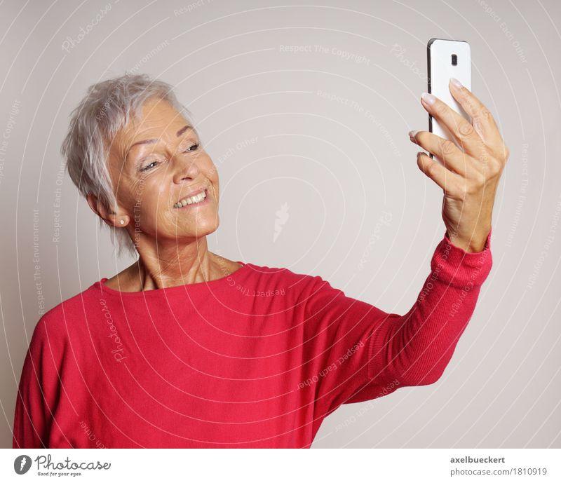 reife Frau, die ein selfie mit Smartphone nimmt Mensch alt Erwachsene Senior Lifestyle modern Technik & Technologie 60 und älter Fröhlichkeit Lächeln Fotografie