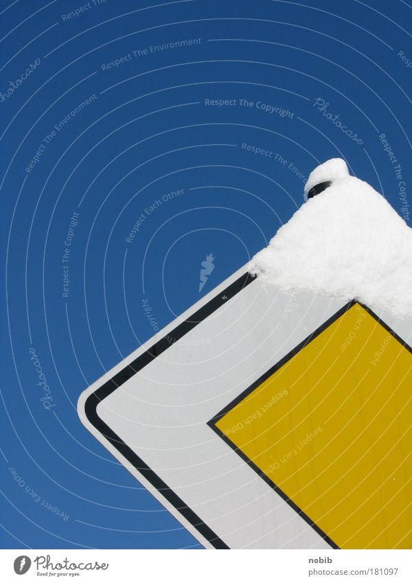 vorfahrt schnee Himmel blau weiß Ferien & Urlaub & Reisen Winter schwarz gelb Straße kalt Schnee Wege & Pfade Metall Schilder & Markierungen Platz Verkehr Hinweisschild
