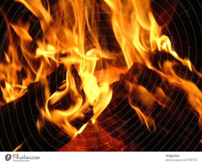 Lake of Fire brennen Holz Nacht Gefühle Glut glühend Physik anzünden zündeln gemütlich Makroaufnahme Nahaufnahme Langzeitbelichtung stockbrot Brand Feuerstelle