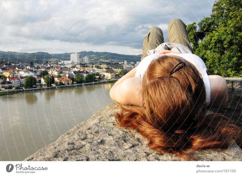 blick zum himmel Frau Natur Jugendliche schön grün rot ruhig Wolken Einsamkeit Erholung feminin Haare & Frisuren Kopf Stein Mauer