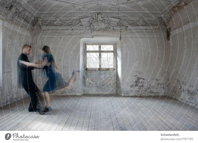 getanzte Gedanken. Mensch blau schwarz Fenster Wand Architektur grau Traurigkeit Mauer träumen Paar Musik Raum Tanzen elegant ästhetisch