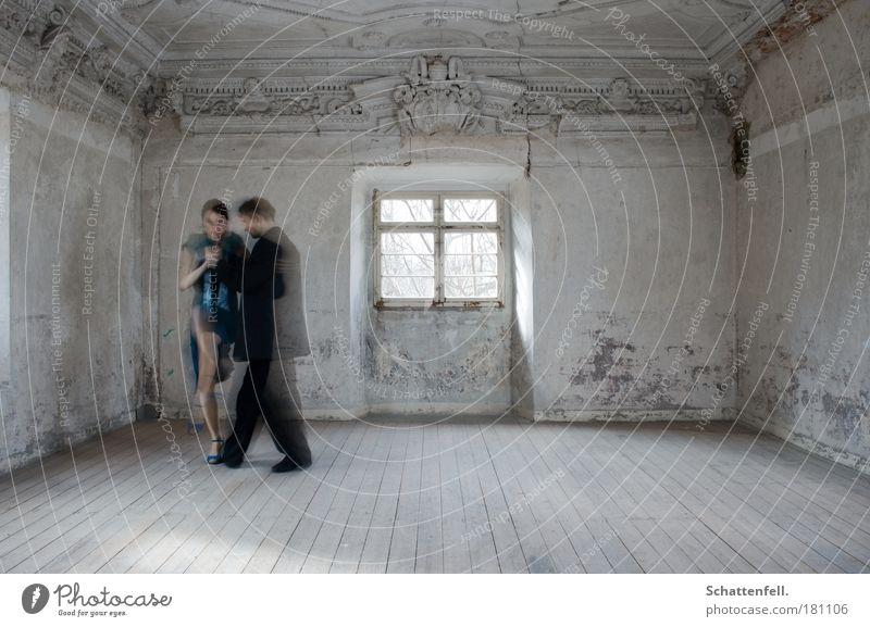getanzte Gedanken. Mensch blau weiß schwarz Fenster Wand grau Traurigkeit Mauer träumen Paar Musik Raum Tanzen elegant ästhetisch