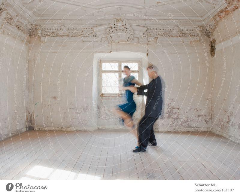 verwischte Leidenschaft. Mensch blau Leben Fenster Wand Mauer träumen Paar Musik Raum Tanzen elegant ästhetisch Kleid festhalten
