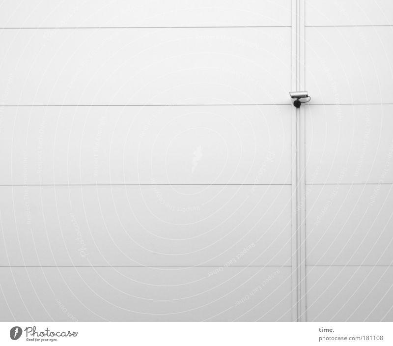 Boring Daily Video Show Außenaufnahme Blick Ferne Haus Videokamera beobachten drehen bedrohlich hell hoch weiß Sicherheit Kontrolle Überwachung Wand Bauelemente