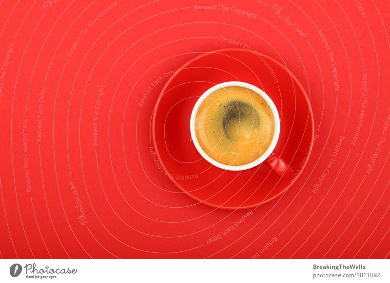 Espressokaffee in der roten Schale mit Untertasse auf roter, Draufsicht Farbe Gesunde Ernährung Kraft Aussicht genießen Energie Macht Getränk Kaffee stark
