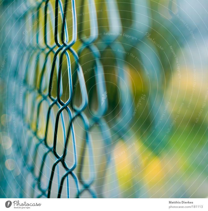 Zaun Grenze gefangen Barriere Justizvollzugsanstalt privat Grundstück einsperren Maschendraht Territorium einschließen wegsperren