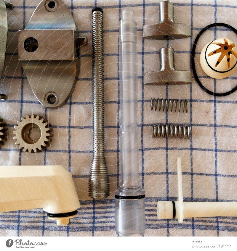 Bau dir eine Zeitmaschine! Farbfoto Innenaufnahme Detailaufnahme Menschenleer Licht Starke Tiefenschärfe Vogelperspektive Werkzeug Maschine Motor Getriebe