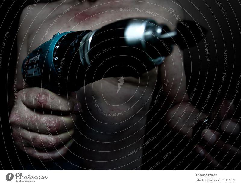 100 - working man Gedeckte Farben Innenaufnahme Nahaufnahme Abend Kunstlicht Licht Schatten Kontrast Low Key Unschärfe Zentralperspektive Oberkörper