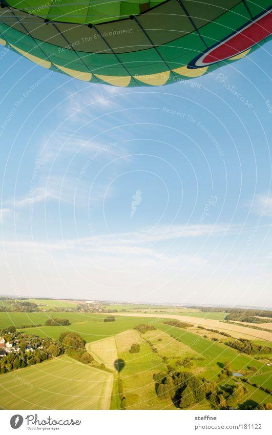 Fly, steffne, fly! Farbfoto mehrfarbig Außenaufnahme Luftaufnahme Textfreiraum unten Tag Starke Tiefenschärfe Weitwinkel Landschaft Himmel Sommer Schönes Wetter