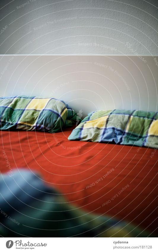 Guten Morgen I Erholung rot ruhig Leben Innenarchitektur Zeit Wohnung Häusliches Leben Dekoration & Verzierung paarweise Perspektive leer Vergänglichkeit einzigartig Bett Bettwäsche