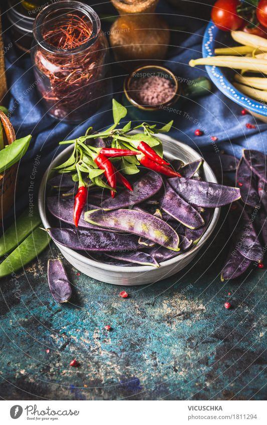 Lila Erbsenschoten mit Zutaten fürs Kochen Lebensmittel Gemüse Kräuter & Gewürze Ernährung Bioprodukte Vegetarische Ernährung Diät Geschirr Stil Design