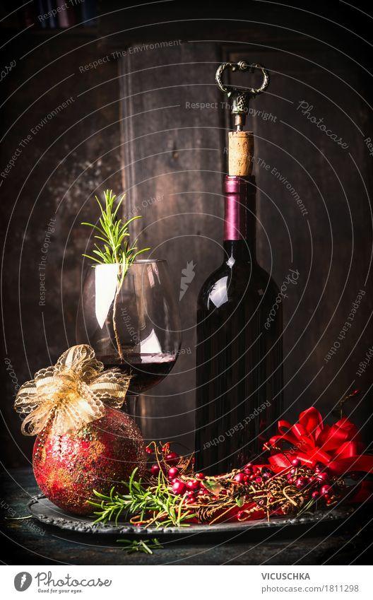 Rotwein mit festlichen Weihnachtsdekoration Festessen Getränk trinken Wein Flasche Glas Reichtum Stil Design Freude Winter Häusliches Leben Innenarchitektur